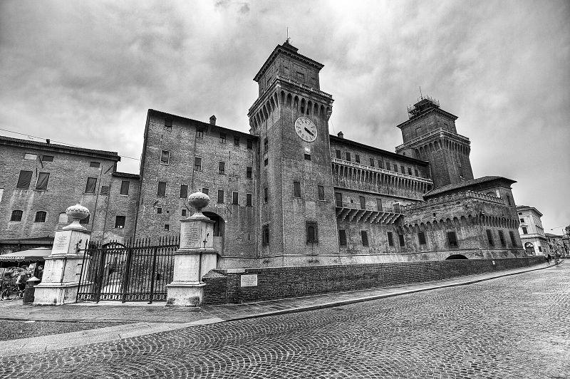 800px-Castello_Estense_-_Ferrara_(bianco_e_nero)