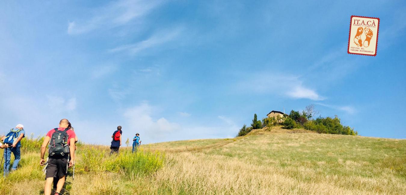 Camminatori lungo il sentiero a Marzabotto. Tappa Bologna 2020 Testata Sito